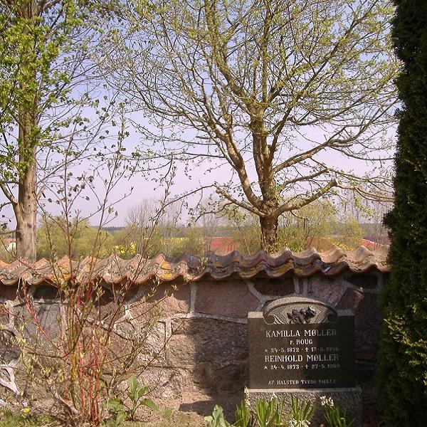 Auf dem schönen Friedhof der Dorfkirche. Man klettert bei mir über ein Mäuerchen und ist auf einem idyllischen, kleinen Dorffriedhof