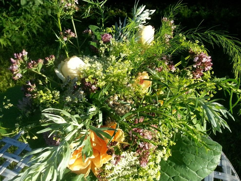 Hier fängt der essbare Blumenstrauss aus ein paar Rosenblüten, Karottenblüten in weiß und rosa, Sellerieblüten, Schafgarbe, einer Wasserdostdolde, einem Spargelzweig, Rotkleeblüten, Zweigen von Oregano, Estragon und Wermut und Kohlblättern die letzten abendlichen Sonnenstrahlen ein :-)