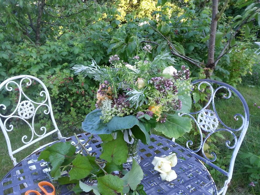 Die Beschäftigung mit Blumen und Pflanzen hatte für mich schon immer etwas Meditatives - um so schöner ist es, wenn Schönheit, Gesundheit, Nutzen und Nachhaltigkeit sich zu einem wunderschönen Ganzen vereinen :-)