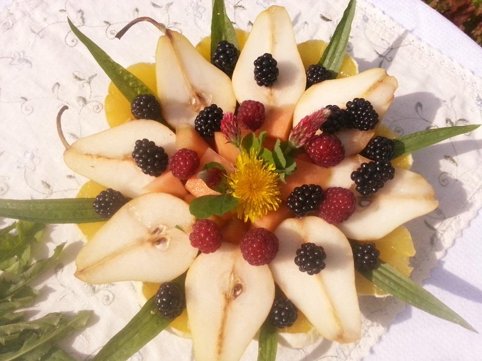 Obstteller mit Wildkräutern