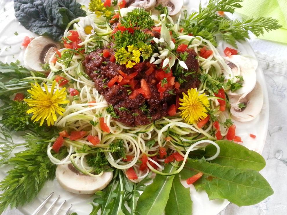 Auch ein paar Blättchen Wildkräuter oder wilde, essbare Blüten sorgen schon für Farbe und Vielfalt auf dem Teller - wenn man sie mit viel frischem Gemüse kombiniert. Auf diesem Teller sind gelandet: Blätter und Blüten vom Löwenzahn, Rucolablätter und -blüten, eine Bärlauchblüte, Gänseblümchen sowie Karotten- und Palmkohlblätter :-)