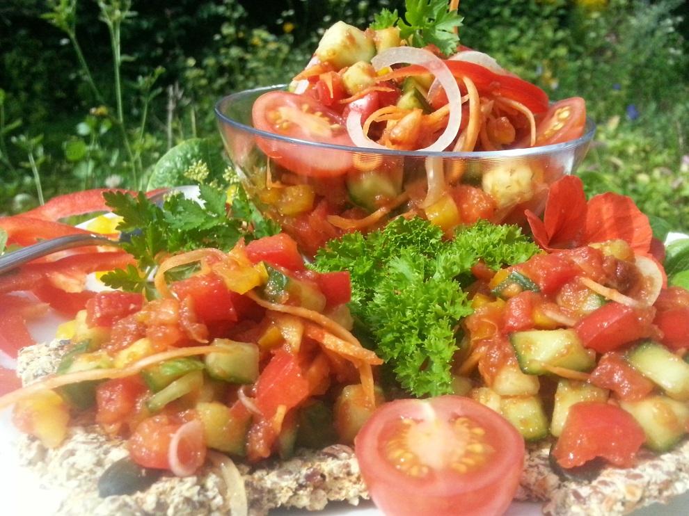 Herzhafter, scharfer, deftiger Pusztasalat - dieser Rohkostsalat besteht aus einer Tomatensauce und einer Gemüseeinlage