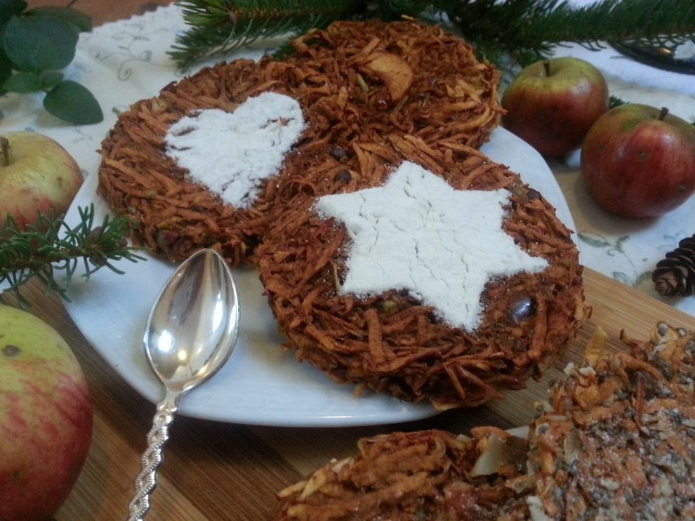 Für die Weihnachtsdeko dieser gesunden & roh-veganen Apfelküchlein kannst du einfach aus Papier eine Schablone ausschneiden. Das Papier mit dem Loch in Herz- oder Sternenform auf das Apfelküchlein legen und dick mit Kokosmehl (durch ein kleines Sieb) bestreuen. Dann die Schablone vorsichtig entfernen.