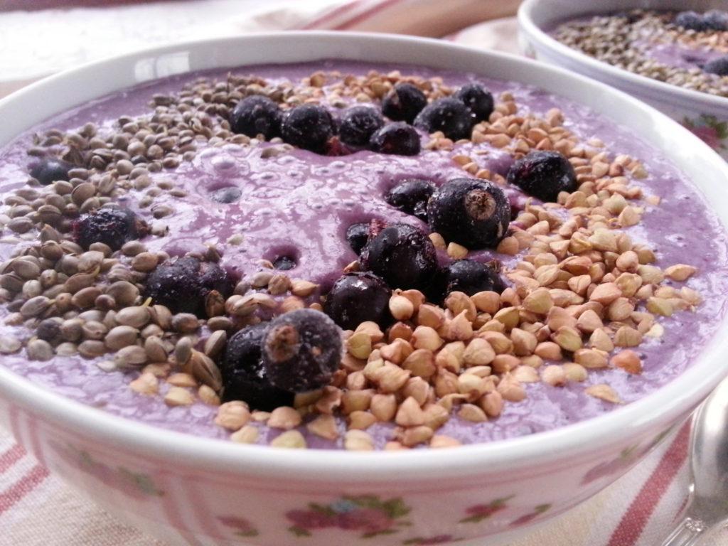 Roh-veganes Hanf-Sahne-Frühstück mit Beeren