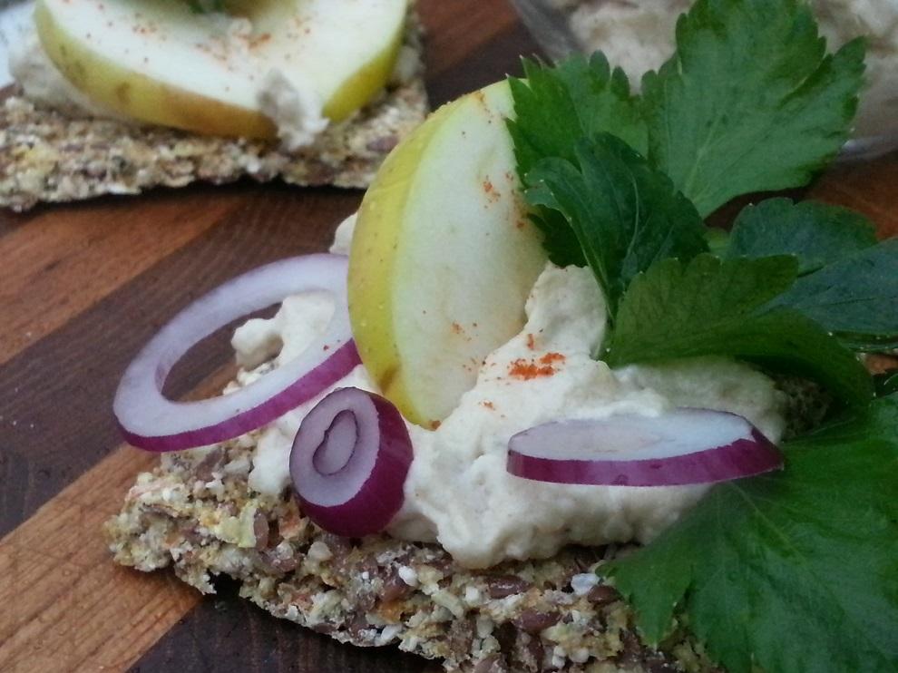 Roh-vegane Meerrettichsahne schmeckt nicht nur ganz herrlich und frisch - sie ist auch laktosefrei und daher bei Laktoseintoleranz eine echte Alternative zur herkömmlichen Meerrettichsahne :-)