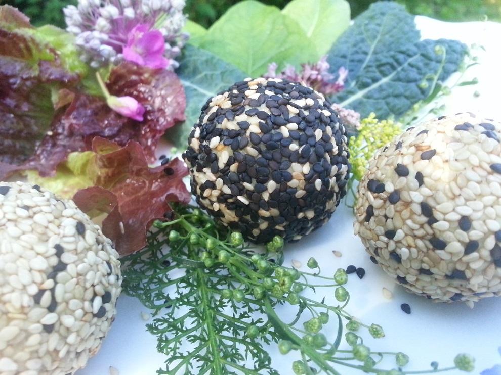 Die Rohkost-Käsebällchen im Sesammantel wurden hier mit Salatblättern, Palmkohl, etwas Schafgarbe, einem Estragonzweig und Weidenröschenblüten serviert :-)