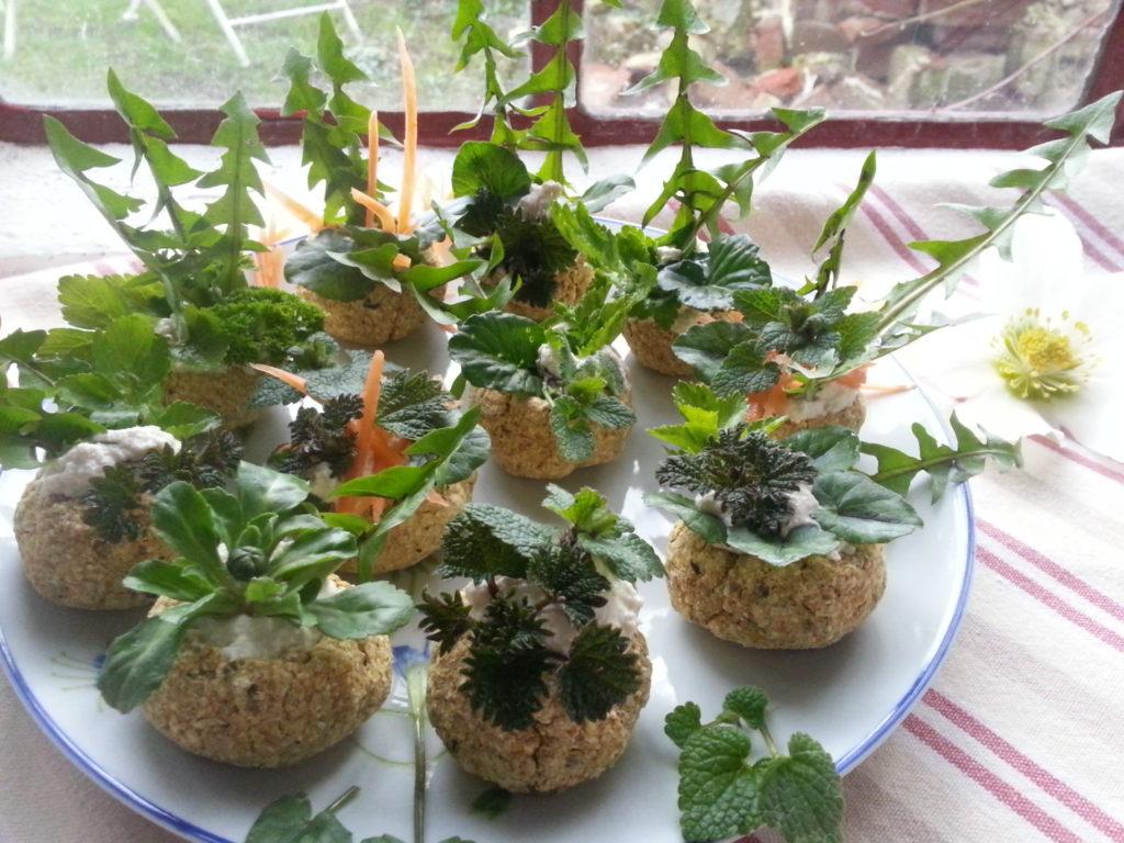 Wildkräuter im rohköstlichen Brotkörbchen