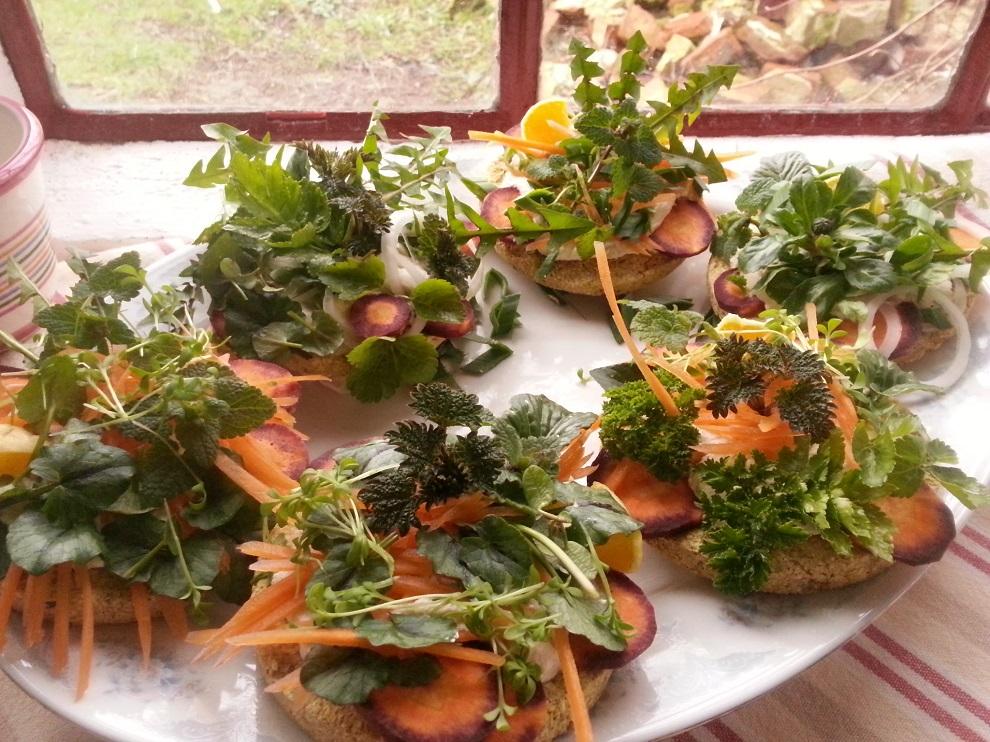 Rohköstliche vegane kleine Fladenbrote mit Wildkräutern und Küchenkräutern