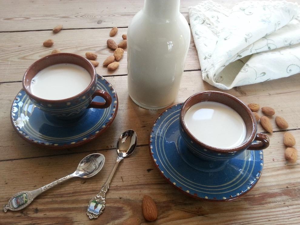Grundrezept – Roh-vegane Mandelmilch selber machen