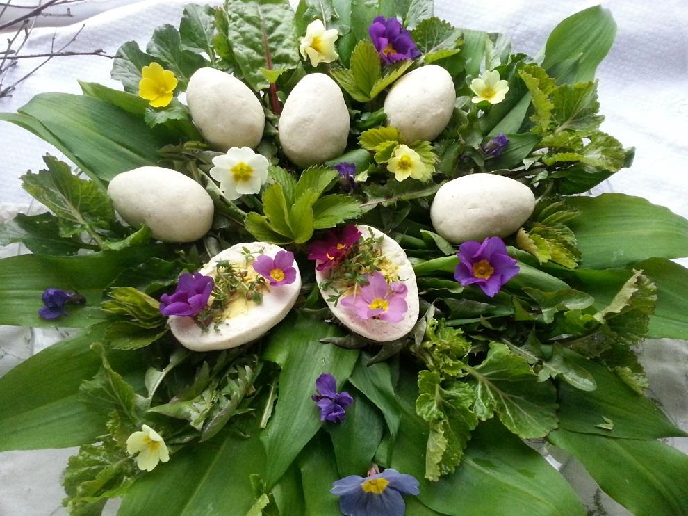Rohköstliche Ostern mit roh-veganen Ostereiern, Bärlauch, Löwenzahn, Primeln