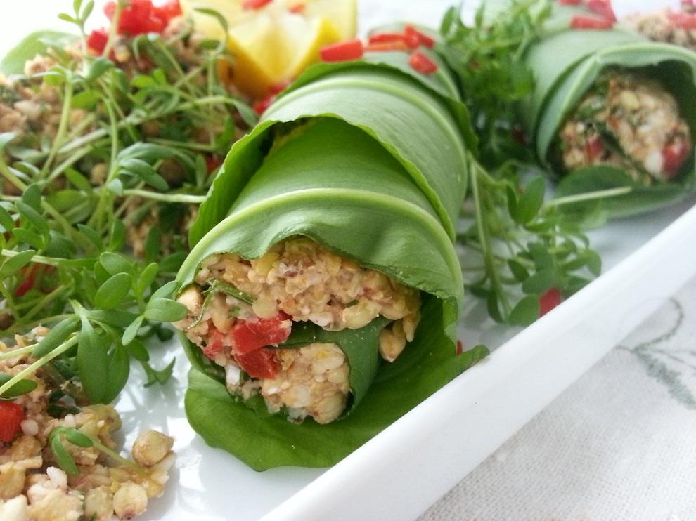 Rohköstliche Bärlauch-Wraps mit Zitrone und Buchweizen-Kräuter-Salat