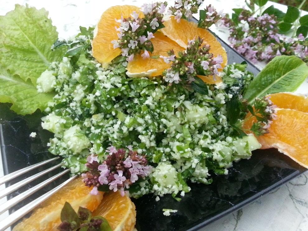 Rohkost-Blumenkohlreis mit Kräutern je nach Saison und Geschmack. Sind die Kräuter bitter, kombiniere mit Fruchtigem