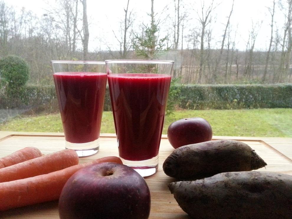 Leuchtender November-Juice aus Wurzelgemüse