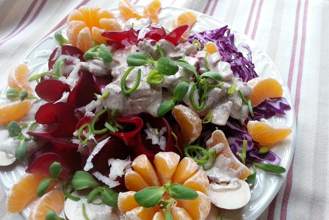 Bei diesem farbenfrohen Rohkost-Salat mit Roter Bete, cremigem Cashew-Leinsamen-Orangen-Dressing und Mandarinen freuen sich Augen, Bauch und die Seele!