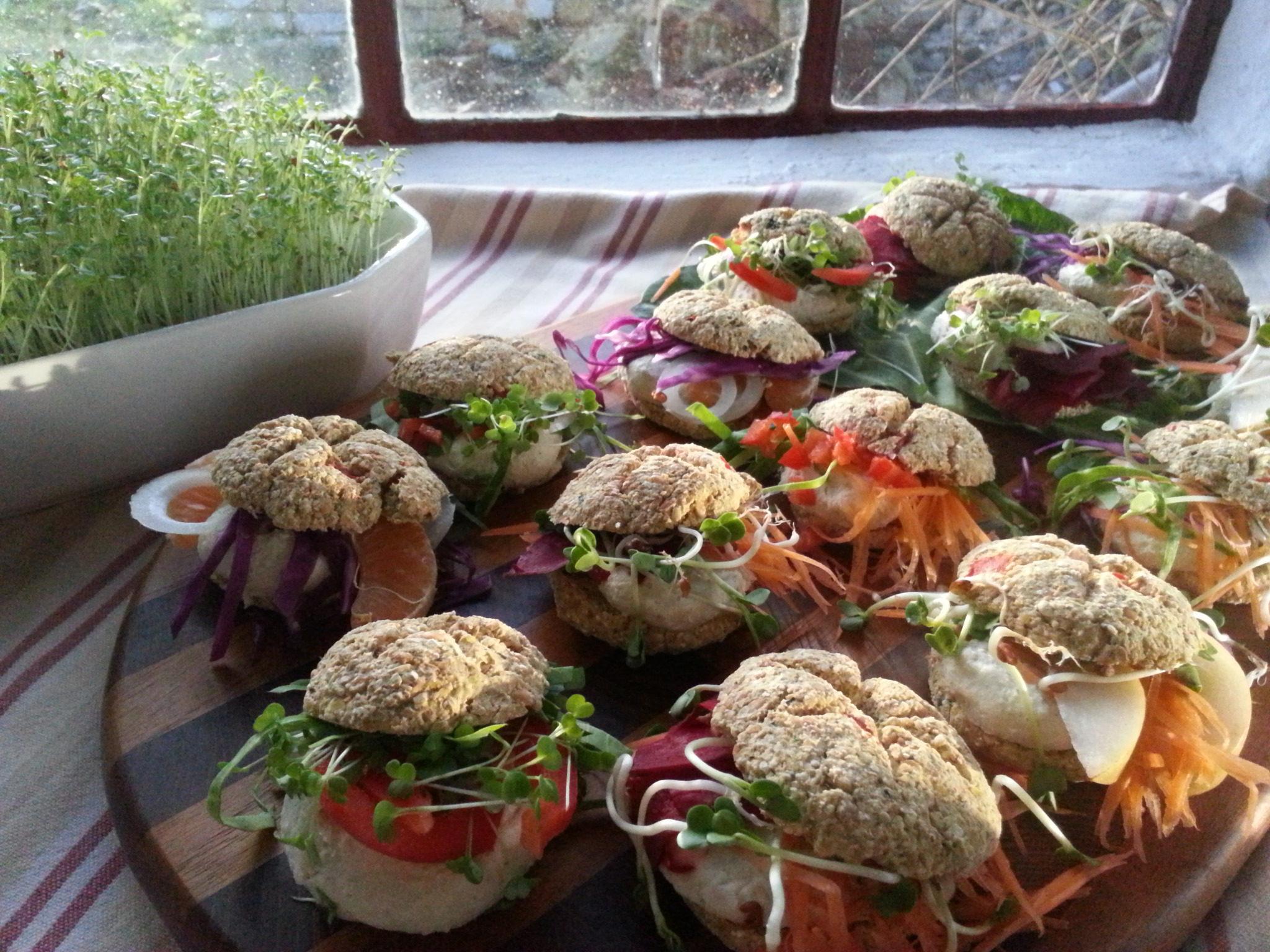 Rohkost-Brötchen, roh-vegan, glutenfrei, farbenfroh und vielfältig