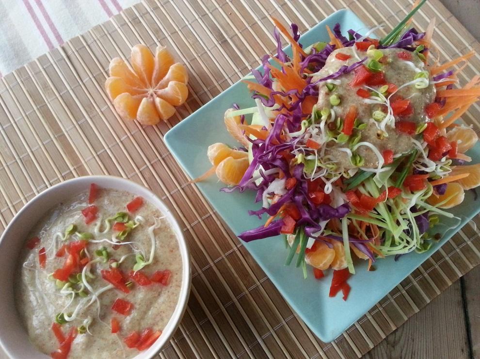 Winterlicher Rohkost-Salat im Kohlblatt