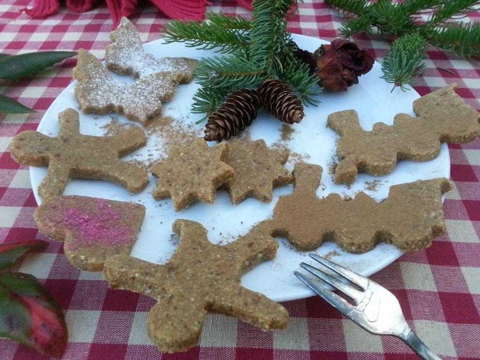 Für meine schwäbische Kinderseele waren Ausstecherle immer DIE Weihnachtsplätzchen schlechthin :-) Heute gibt es sie bei mir in einer roh-veganen Ausgabe :-)