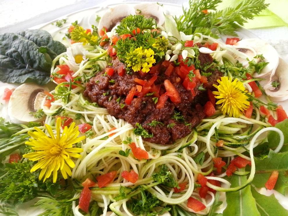 Besonders im Sommer - aber nicht nur da - sind saftige Gurken- oder Zucchinispaghetti eine kalorienarme und glutenfreie Spaghettialternative :-)