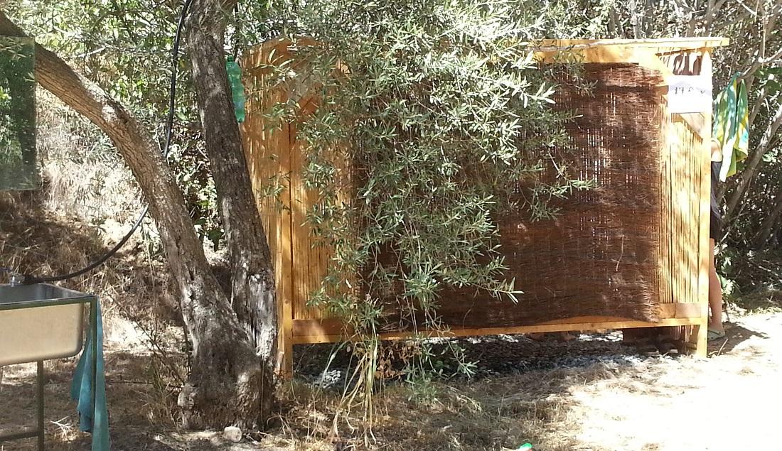 Die Dusche war aus nachhaltigen Materialien selbst gebaut. Daneben befand sich die Kompost-Toilette im selben Baustil. Urgemütlich!