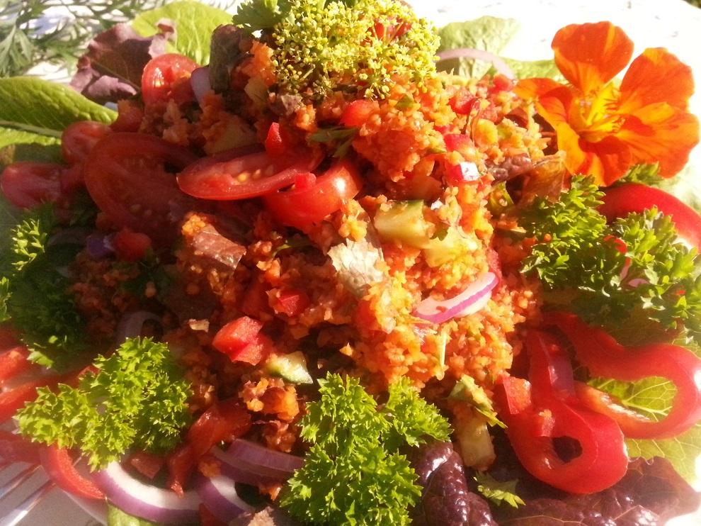 So soll er sein, der Couscous-Salat! Intensiver, herrlicher Tomatengeschmack, pikante Schärfe und knackige Frische von Zwiebel, Gurke, Salat und Paprika.