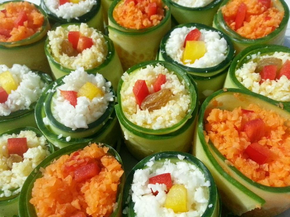 Raw vegan Veggie Rolls - oder rohköstliche Gurkenröllchen? Egal, welchen Namen du für diesen Hingucker verwendet - schmecken tut´s auf jeden Fall :-)