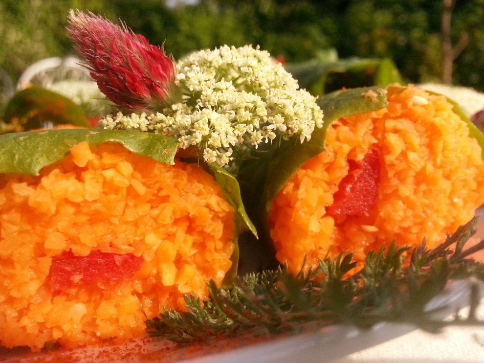 Ich mag die strahlenden Farben des Karottenreises, der in diesen Löwenzahnwraps mit der bereits herbstlichen Abendsonne um die Wette strahlt :-)