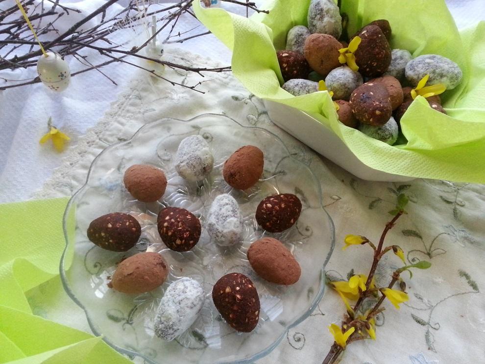 Rohköstliche Schoko-Ostereier in drei Farben