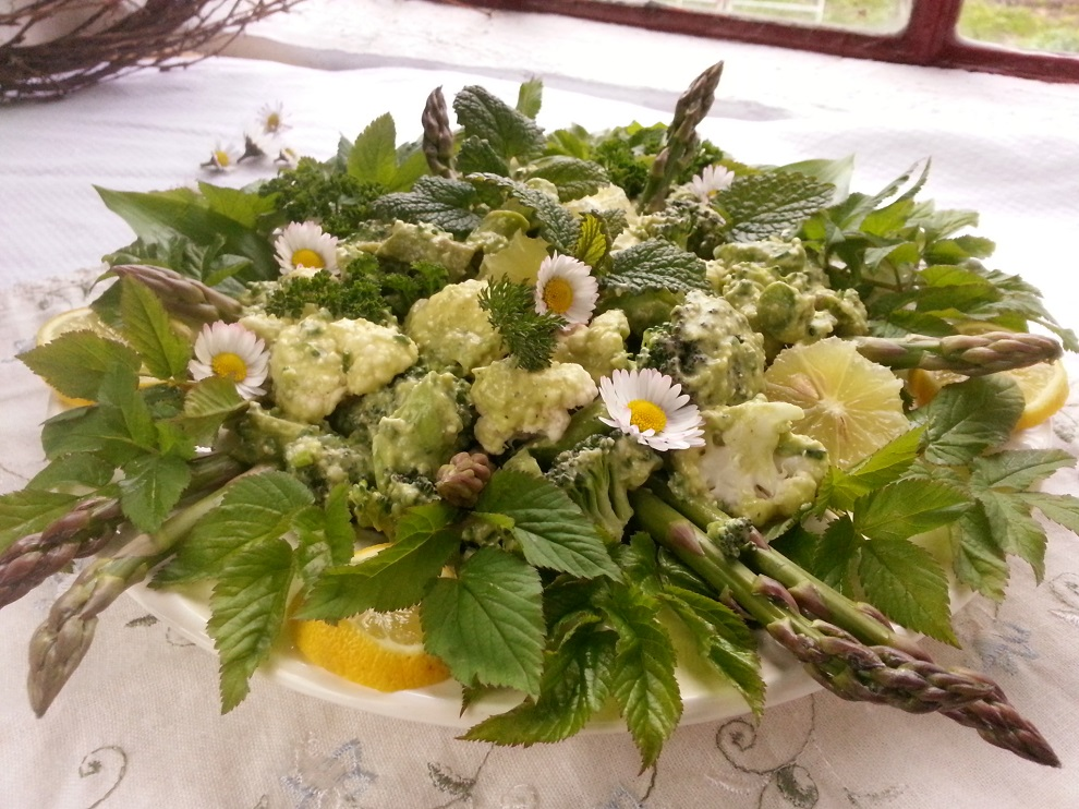 Rohkostsalat mit rohem grünem Spargel