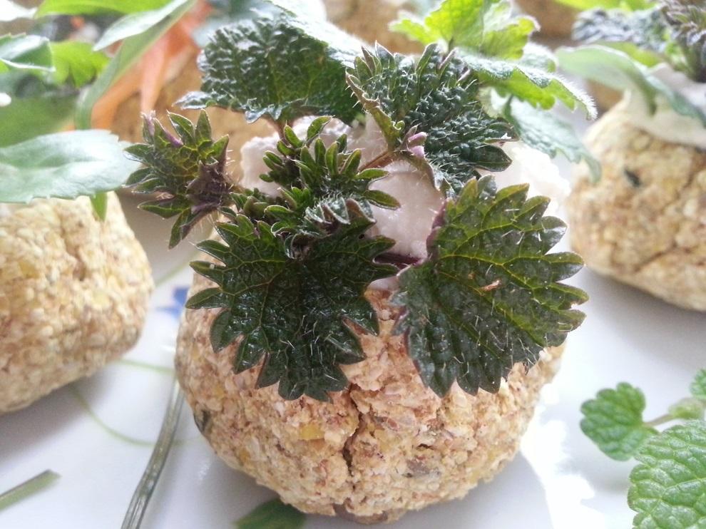 Roh-vegane Brot-Körbchen mit Wildkräutern