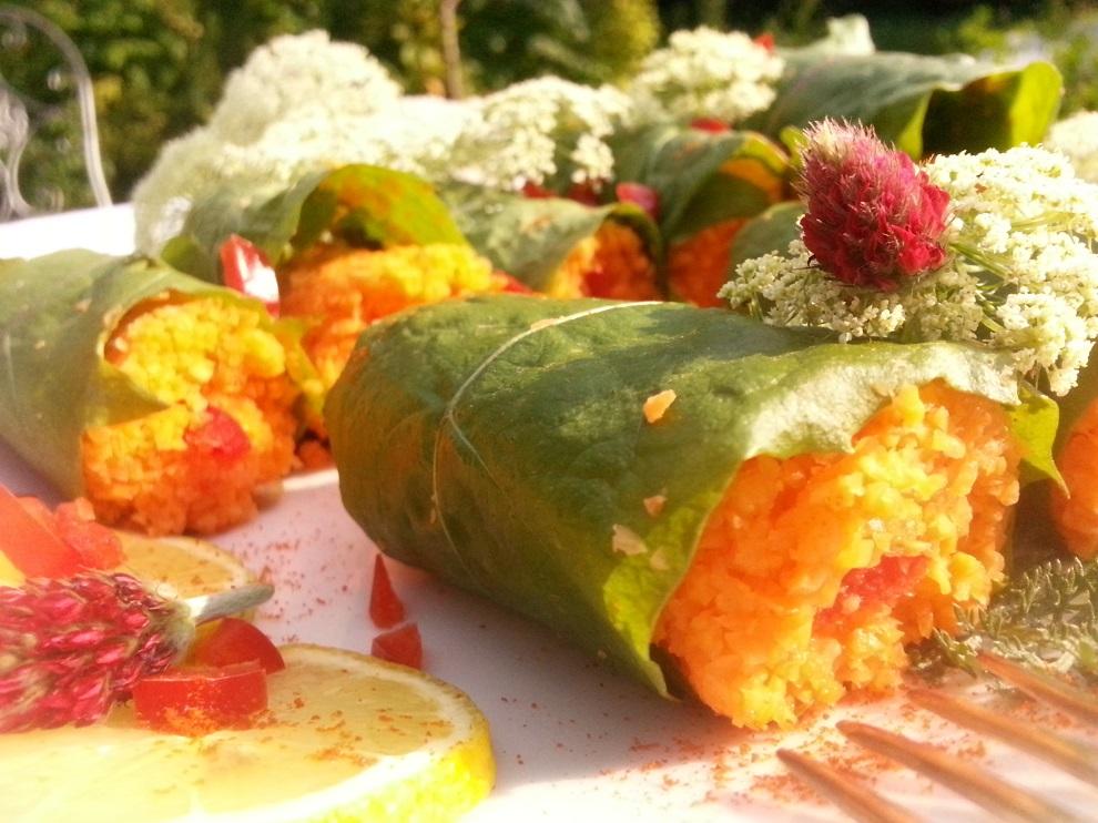 Auch spät in der Saison kannst du noch Wildkräuterrezepte zubereiten. Außer den hier als Wrap verwendeten Löwenzahnblättern sind als Deko noch etwas Schafgarbe, roter (und total wohlschmeckender) Inkarnatklee und ein paar Möhrenblüten auf dem Teller gelandet :-)