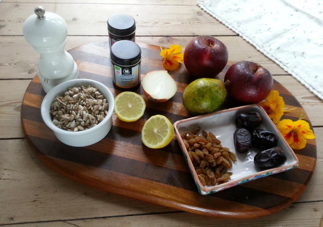 Der roh-vegane Apfel-Zwiebel-Aufstrich schmeckt herzhaft und fruchtig zugleich