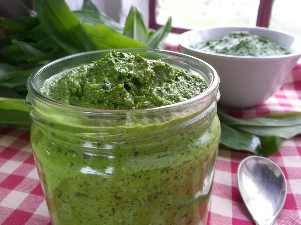 Ein roh-veganes Hanf-Bärlauchpesto ist ein wohlschmeckender Aufstrich, eignet sich aber auch als Zutat für ein schnelles Dressing hervorragend.